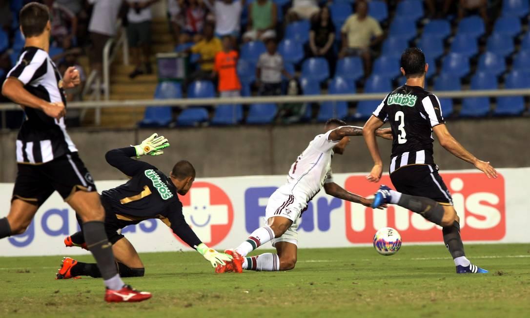 Kenedy cai após ser tocado por Renan: pênalti para o Fluminense Cezar Loureiro / Agência O Globo