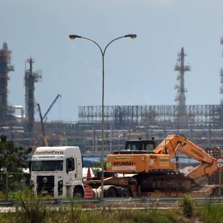 """Um caminhão passa próximo ao Comperj: registros financeiros """"desconexos"""", diz o TCU Foto: Vanderlei Almeida/AFP"""