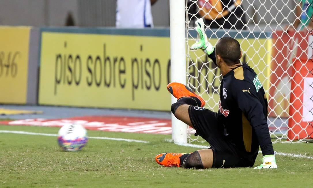 Bola de um lado, Renan do outro: Jean bateu bem o pênalti Foto: Cezar Loureiro / Agência O Globo
