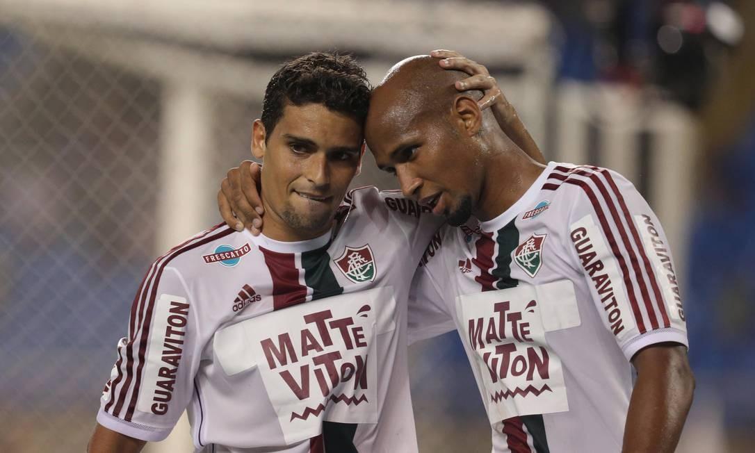 Jean comemora o seu gol com Wellington Silva Foto: Márcio Alves / Agência O Globo