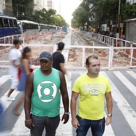 Sem direção: Herbert dos Santos (à esquerda) e Leopoldo Cunha trabalhavam no Comperj, mas foram demitidos em fevereiro. Cunha pensa em voltar para o Ceará Foto: Fabio Rossi