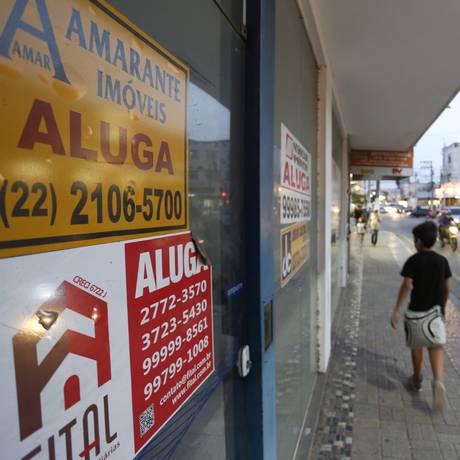 """Passo o ponto: placas de """"aluga-se"""" e """"vende-se"""" se espalharam pela cidade Foto: Fábio Rossi"""