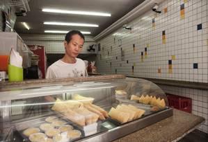 Li Xiu, há 10 anos no país, trabalha em pastelaria de Copacabana Foto: Adriana Lorete / Agência O Globo