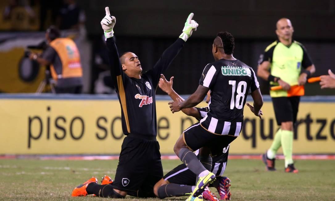 Renan foi o herói da classificação do Botafogo Foto: Cezar Loureiro / Agência O Globo