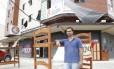Marcos, vendendo na rua os móveis da pousada que fechou