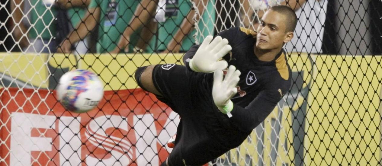 Renan voa para defender uma cobrança durante os pênaltis Foto: Marcelo Carnaval / Agência O Globo