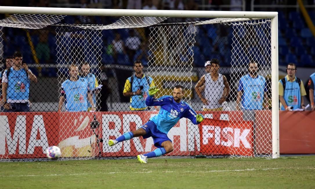 Cavalieri de um lado, bola do outro: o Botafogo ganhou nos pênaltis e está na final Foto: Cezar Loureiro / Agência O Globo