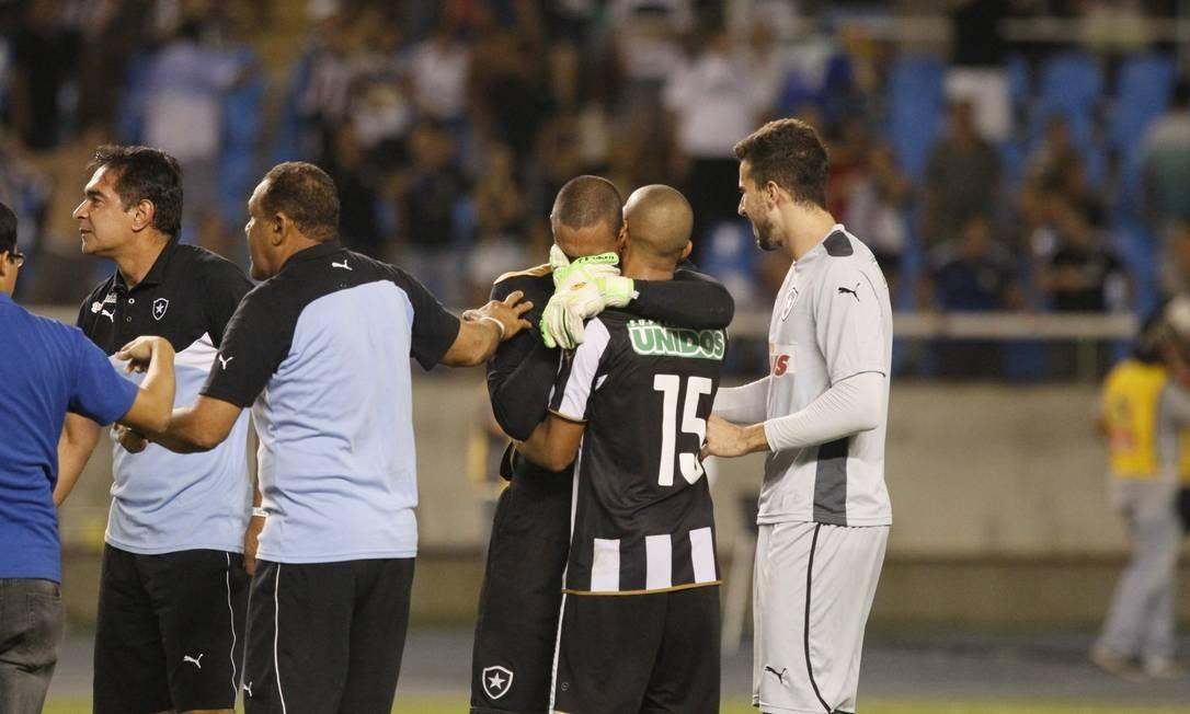 Renan chora após garantir a classificação do Botafogo para a final do Carioca Foto: Marcelo Carnaval / Agência O Globo