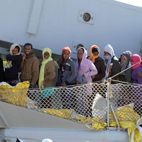 Imigrantes chegam ao porto de Messina, na Itália, após serem resgatados por operação em 18 de abril este ano Foto: GIOVANNI ISOLINO / AFP