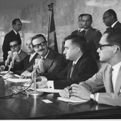 Jânio Quadros (de bigode) olha para Castellinho: o único presidente para quem o jornalista trabalhou Foto: Divulgação