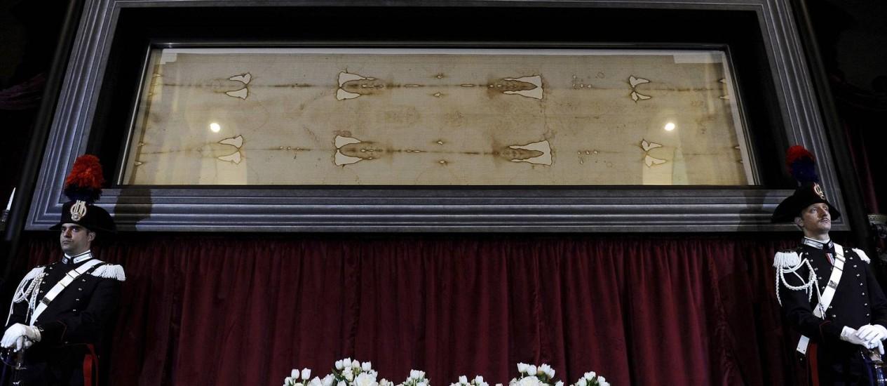 Policiais italianos guardam o Santo Sudário durante apresentação da exibição neste sábado: pelo menos 1 milhão de pessoas já fizeram reservas para ver a relíquia Foto: REUTERS/GIORGIO PEROTTINO