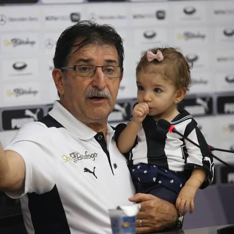 René Simões com a neta Isabel, de 11 meses, na coletiva após a classificação do Botafogo para a decisão do Campeonato Carioca Foto: Cezar Loureiro / Agência O Globo