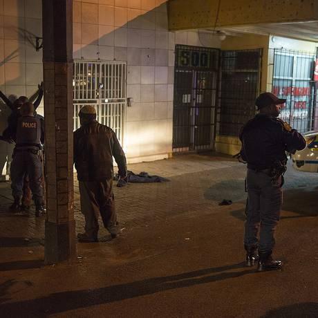 Polícia da África do Sul prende saqueadores em Malvern, no subúrbio de Johannesburgo, na noite de sábado Foto: MUJAHID SAFODIEN / AFP