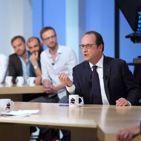 François Hollande com a apresentadora do Canal Plus, Maitena Biraben durante entrevista neste domingo Foto: PHILIPPE WOJAZER / AFP