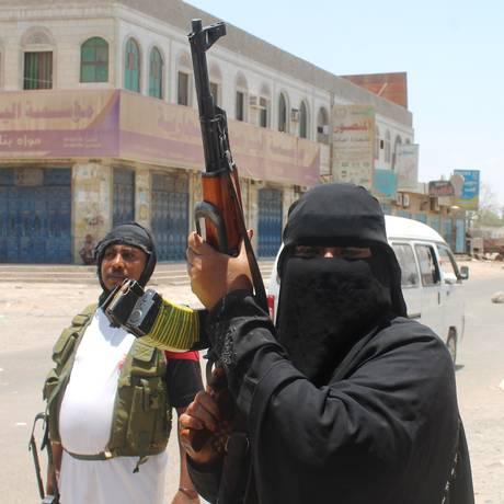 Mulher iemenita, grávida de oito meses, apoia movimento rebelde e participa da luta armada, na cidade portuária de Aden Foto: SALEH AL-OBEIDI / AFP