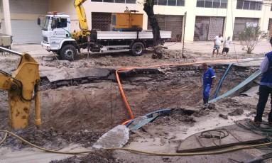Funcionários da Cedae abrem cratera em Rua de Cascadura Foto: Marcello Correa / Agência O Globo
