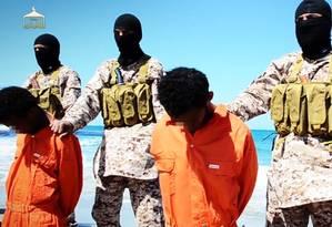 Imagem extraída de suposto vídeo liberado pelo Estado Islâmico mostra militantes decapitando cristãos da Igreja Etíope Foto: HO / AFP