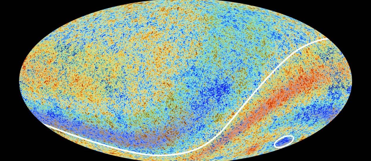 """Mapa da Radiação Cósmica de Fundo montado com dados do observatório espacial Planck, da Agência Espacial Europeia, com destaque para as duas grandes anamolias encontradas: uma linha separando o hemisfério celestial Sul, ligeiramente mais """"quente"""" que o Norte, e o grande """"Ponto Frio"""", no interior do círculo Foto: Planck/ESA"""