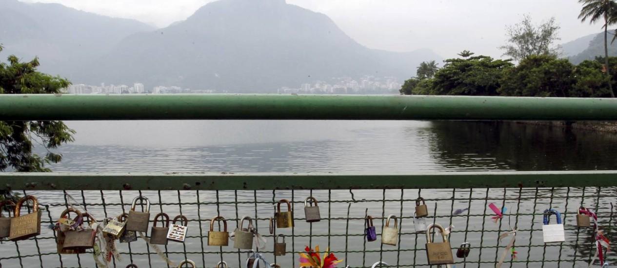 Ponte na Lagoa Rodrigo de Freitas repete tradicão parisiense, onde casais apaixonados penduram cadeados como simbolo de seu amor Foto: Gabriel de Paiva / Agência O Globo