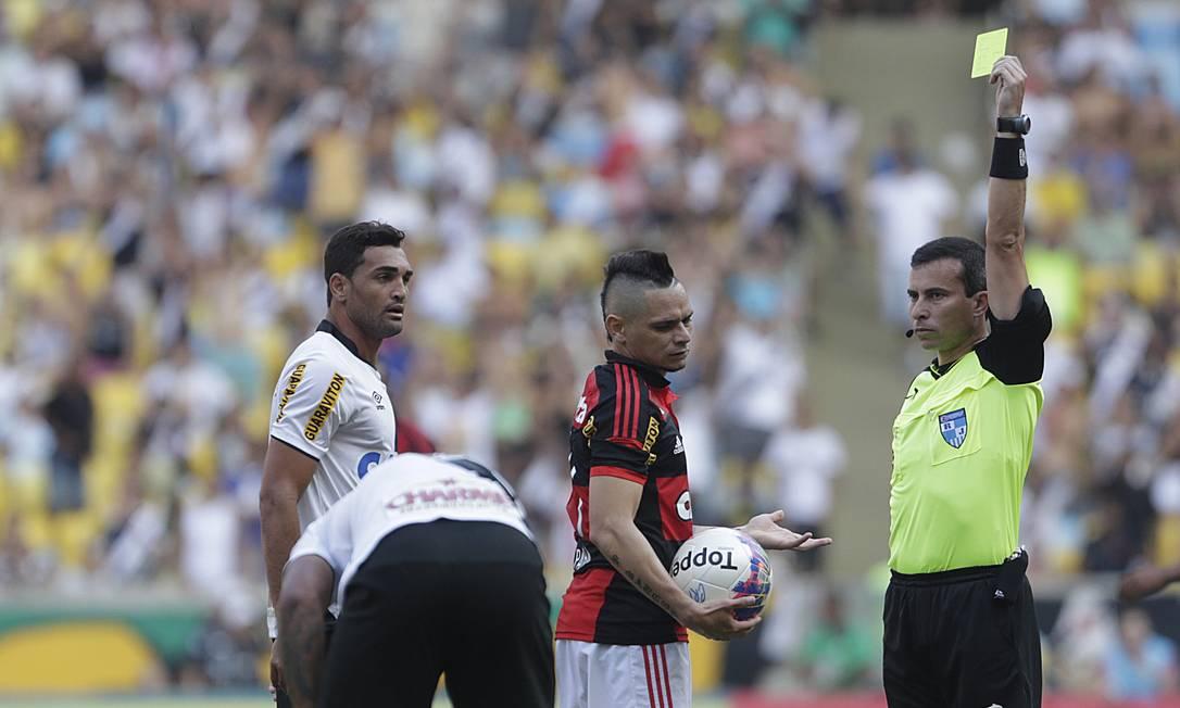 Pará recebe cartão amarelo no primeiro tempo do clássico ANTONIO SCORZA / Agência O Globo