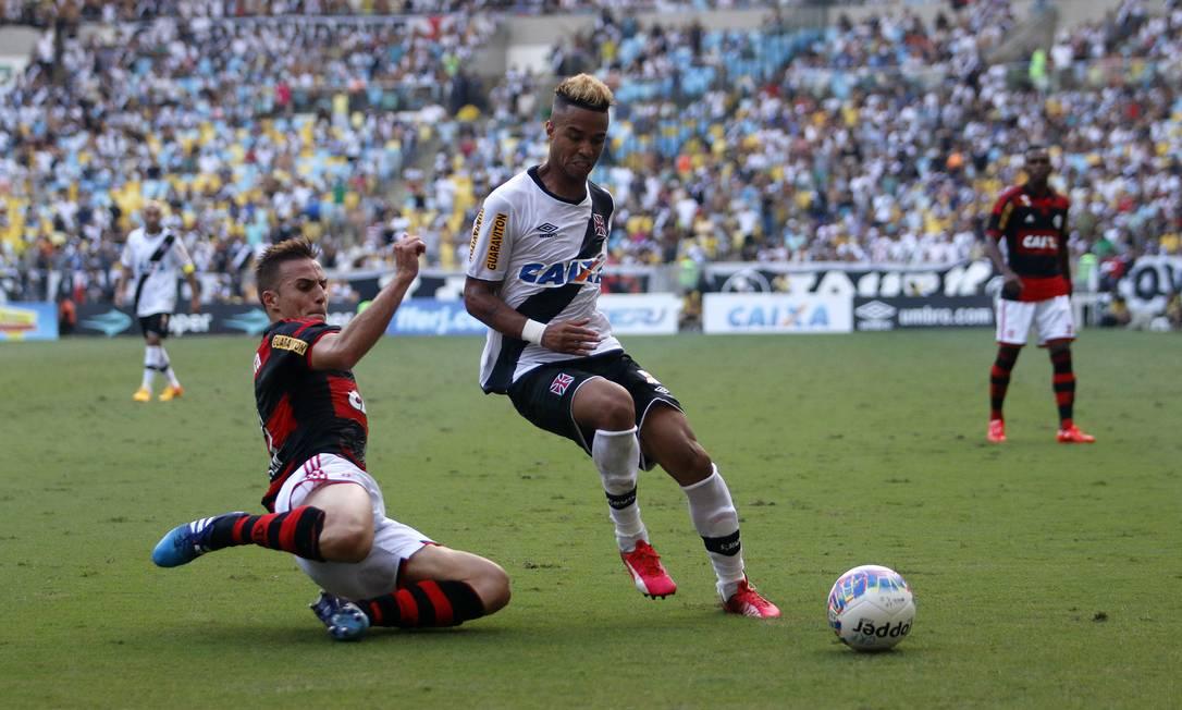 Bressan chega de carrinho em Rafael Silva REGINALDO PIMENTA / Agência O Globo
