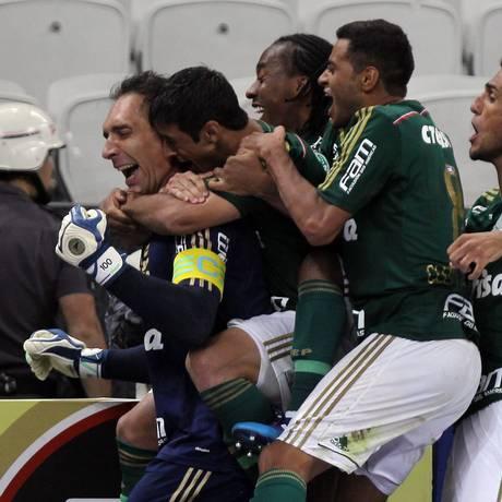 Jogadores do Palmeiras comemoram com Fernando Prass Foto: Michel Filho / Agência O Globo