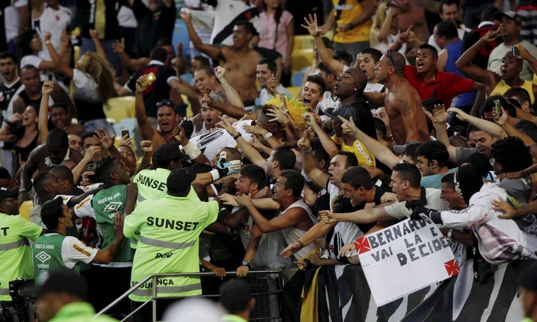 O atacante sumiu em meio à torcida vascaína na hora da comemoração do gol Cezar Loureiro / Agência O Globo