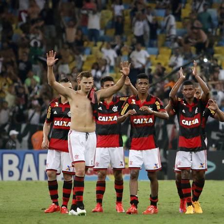 Jogadores do Flamengo saúdam a torcida após a derrota para o Vasco Foto: Reginaldo Pimenta / Agência O Globo
