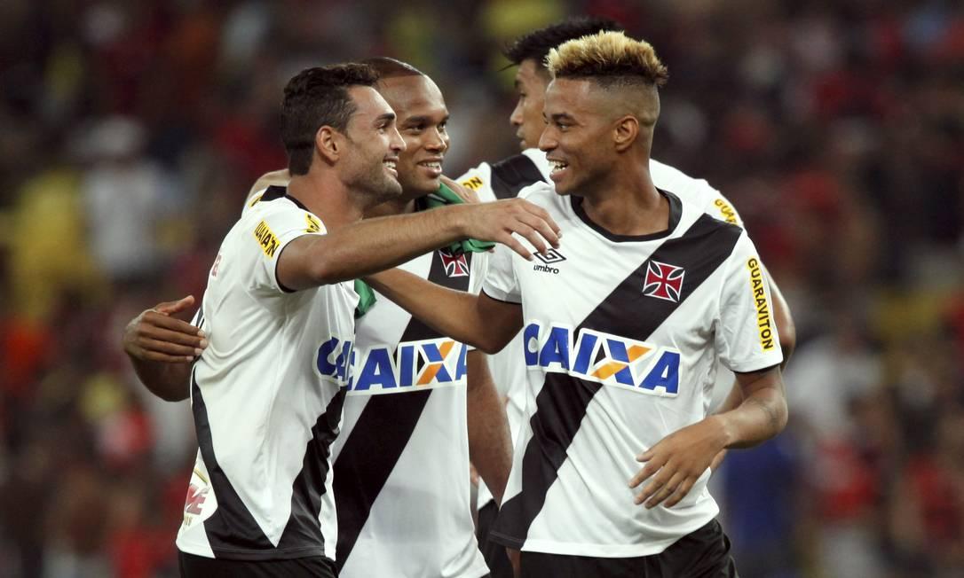 Gilberto e Rafael Silva comemoram a vitória e a classificação do Vasco Cezar Loureiro / Agência O Globo