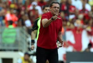 O técnico Vanderlei Luxemburgo orienta o time do Flamengo na derrota para o Vasco, na semifinal do Carioca Foto: Cezar Loureiro / Agência O Globo