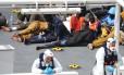 Sobreviventes de barco que naufragou perto da costa da Líbia são resgatados pela Guarda Costeira italiana