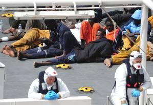 Sobreviventes de barco que naufragou perto da costa da Líbia são resgatados pela Guarda Costeira italiana Foto: Lino Azzopardi / AP