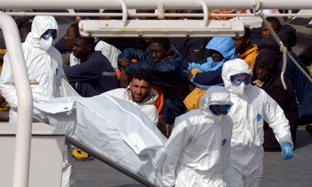 O corpo de uma das vítimas do acidente na costa líbia chega a Malta Foto: Matthew Mirabelli / AFP