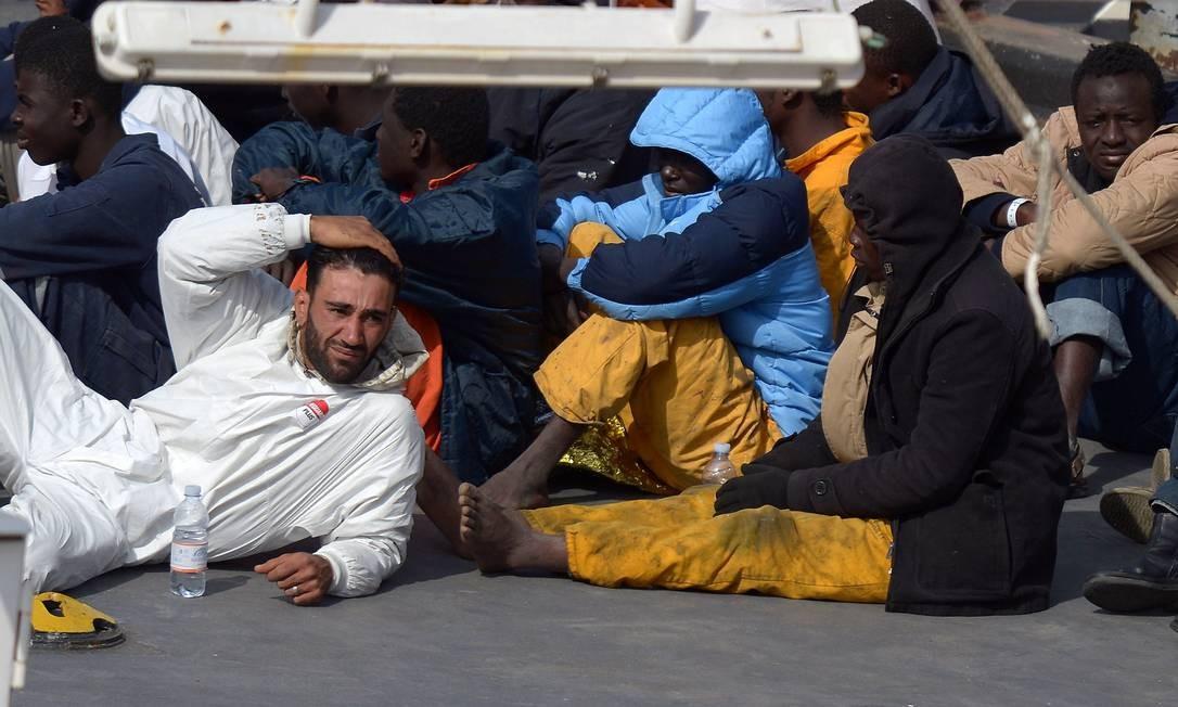 Resgatista descansa ao lado dos sobreviventes: naufrágio do fim de semana pode ter deixado mais de 900 mortos Foto: Matthew Mirabelli / AFP