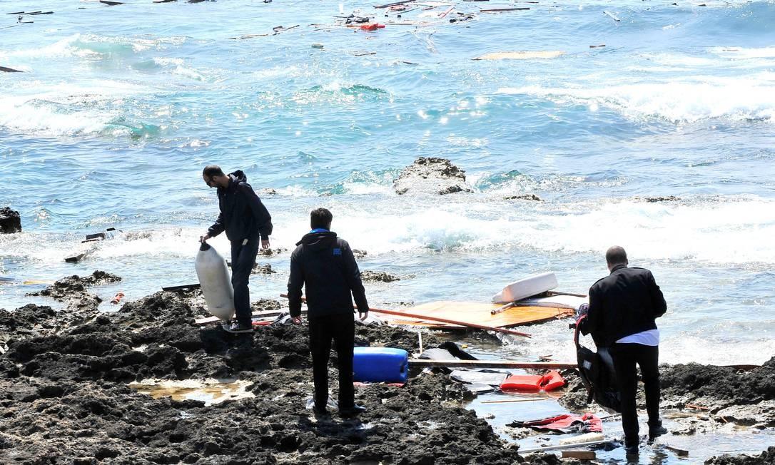 Destroços chegam a Rhodes. Pelo menos três pessoas morreram nesse naufrágio Foto: Nikolas Nanev / AP