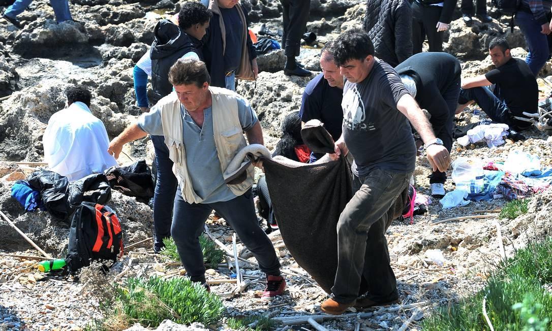 O corpo de uma vítima é retirado do mar na ilha de Rhodes: novo naufrágio nesta segunda-feira Foto: Nikolas Nanev / AP