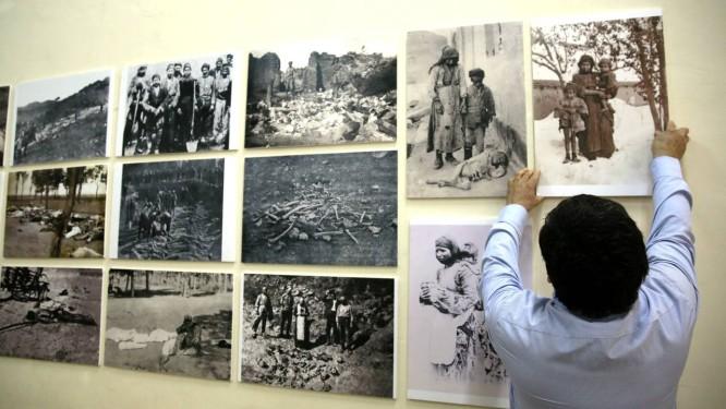 Exposição sobre o massacre de armênios é montada no Clube Homenetmen, em Jerusalém Foto: GALI TIBBON / AFP