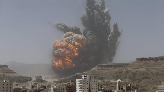 Fumaça sobe de um depósito de mísseis atingido por bombardeio na capital iemenita Foto: KHALED ABDULLAH / Reuters