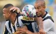 Bill e Gilberto disputam bola no clássico da Taça Guanabara