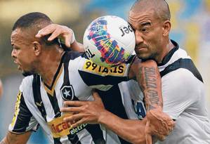 Bill e Gilberto disputam bola no clássico da Taça Guanabara Foto: Marcio Alves