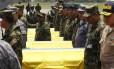 Soldados colombianos ao lado de caixões no funeral das vítimas do ataque das Farc em Cauca. Acusado de romper a trégua com o governo, grupo declarou cessar-fogo unilateralmente e destacou importância dos diálogos de paz