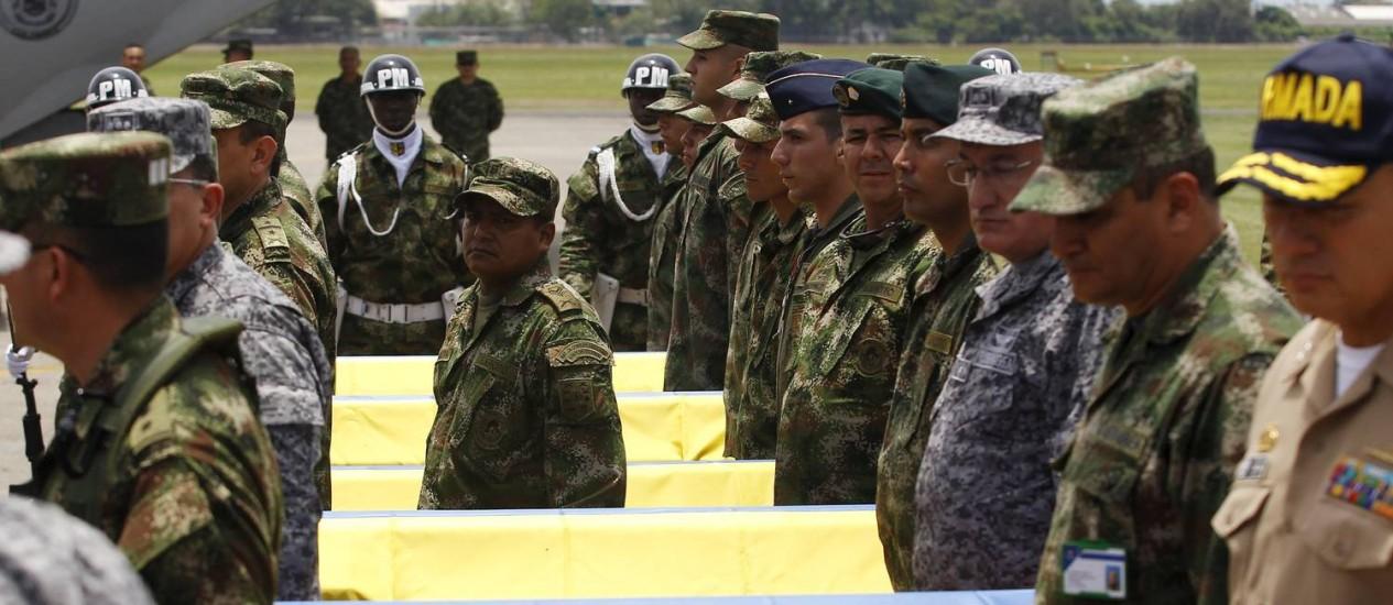 Soldados colombianos ao lado de caixões no funeral das vítimas do ataque das Farc em Cauca. Acusado de romper a trégua com o governo, grupo declarou cessar-fogo unilateralmente e destacou importância dos diálogos de paz Foto: JAIME SALDARRIAGA / REUTERS