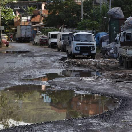 Esgoto jorra há meses em rua do Tanque Foto: Eduardo Naddar / Agência O Globo