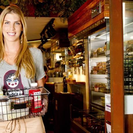 Larissa Saltz com alguns dos produtos selecionados do Savá Foto: Agência O Globo / Agência O Globo