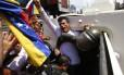 Leopoldo López é colocado em veículo blindado da Guarda Nacional Bolivariana ao ser preso em Caracas, no dia 18 de fevereiro de 2014. Comissão Interamericana de Direitos Humanos pediu a governo da Venezuela que tome medidas para garantir segurança de líder do Partido Vontade Popular