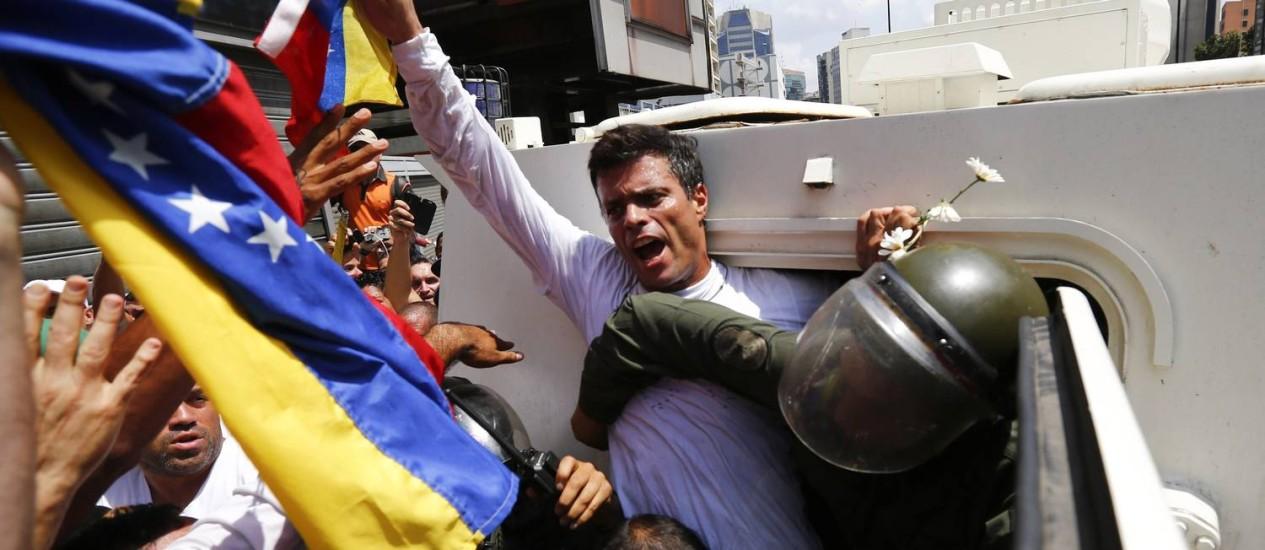 Leopoldo López é colocado em veículo blindado da Guarda Nacional Bolivariana ao ser preso em Caracas, no dia 18 de fevereiro de 2014. Comissão Interamericana de Direitos Humanos pediu a governo da Venezuela que tome medidas para garantir segurança de líder do Partido Vontade Popular Foto: JORGE SILVA / REUTERS
