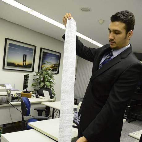 Funcionário segura o pedido de habeas corpus escrito em papel higiênico Foto: Divulgação / STJ