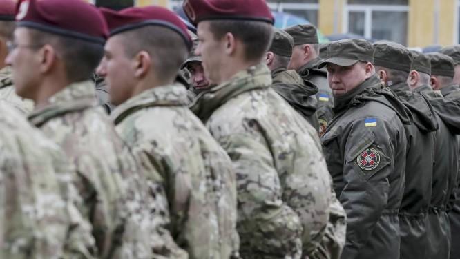 Membros do Exército americano (direita) ao lado de tropas da guarda ucraniana nos treinamentos em Yaroviv. Medida foi criticada pelo governo russo Foto: GLEB GARANICH / REUTERS