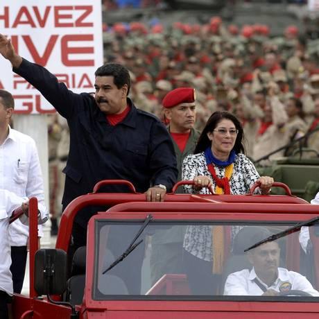 Presidente Nicolas Maduro ao lado de sua mulher Cilia Flores, em Caracas Foto: AFP/13-4-2015