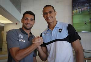 Gilberto, do Vasco, e Renan, do Botafogo, se encontraram na segunda-feira Foto: Alexandre Cassiano / Agência O Globo